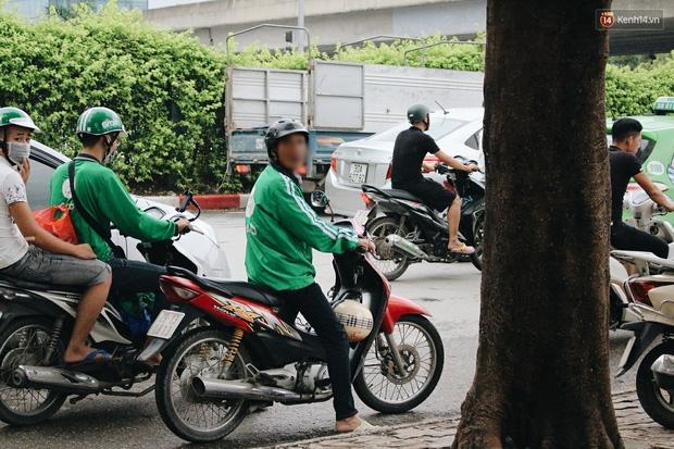 Bát nháo cảnh hàng chục tài xế xe ôm mặc áo giả GrabBike bắt khách ngay bến xe Mỹ Đình - Ảnh 5.