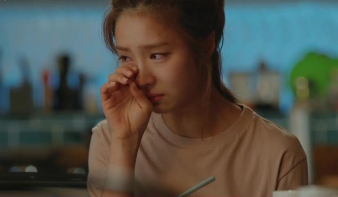 Cô gái khóc ròng khi cầm trên tay quyển nhật ký của người yêu cũ - Ảnh 1.