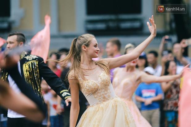 Cô gái xinh như thiên thần trong dàn nghệ sĩ ngoại quốc tại Lễ hội Carnival ở phố đi bộ Hồ Gươm - Ảnh 1.