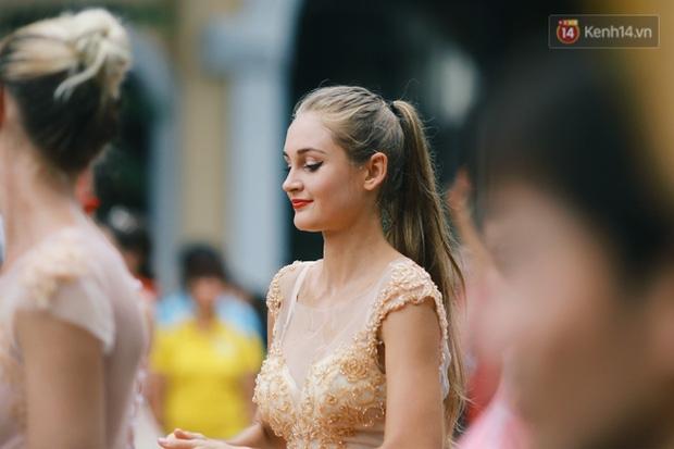 Cô gái xinh như thiên thần trong dàn nghệ sĩ ngoại quốc tại Lễ hội Carnival ở phố đi bộ Hồ Gươm - Ảnh 2.