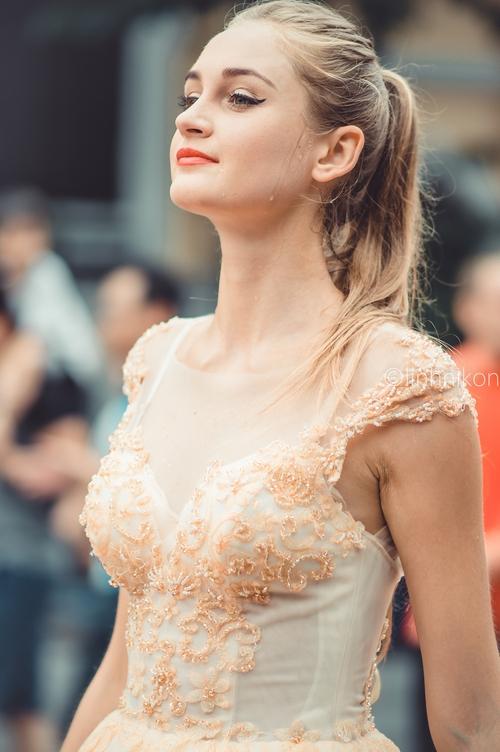 Cô gái xinh như thiên thần trong dàn nghệ sĩ ngoại quốc tại Lễ hội Carnival ở phố đi bộ Hồ Gươm - Ảnh 4.