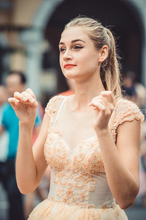 Cô gái xinh như thiên thần trong dàn nghệ sĩ ngoại quốc tại Lễ hội Carnival ở phố đi bộ Hồ Gươm - Ảnh 5.