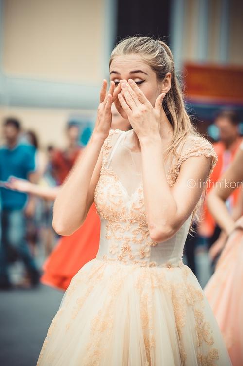 Cô gái xinh như thiên thần trong dàn nghệ sĩ ngoại quốc tại Lễ hội Carnival ở phố đi bộ Hồ Gươm - Ảnh 6.