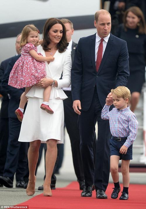 Công nương Kate lần đầu xuất hiện sau thông báo mang bầu lần 3, xanh xao vì ốm nghén nặng - Ảnh 4.