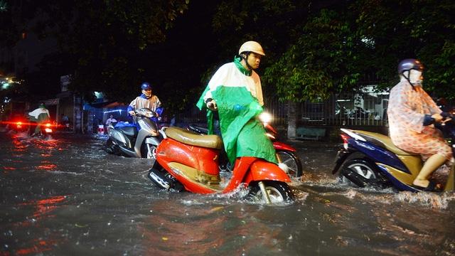 Ngập nặng ở Bình Thạnh sau cơn mưa lớn - Ảnh 1.