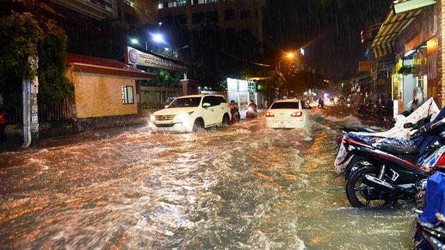 Ngập nặng ở Bình Thạnh sau cơn mưa lớn - Ảnh 2.