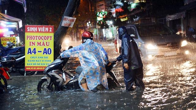 Ngập nặng ở Bình Thạnh sau cơn mưa lớn - Ảnh 4.
