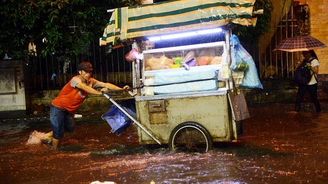 Ngập nặng ở Bình Thạnh sau cơn mưa lớn - Ảnh 5.