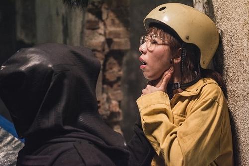 Thu Trang vào vai thám tử vụng về.