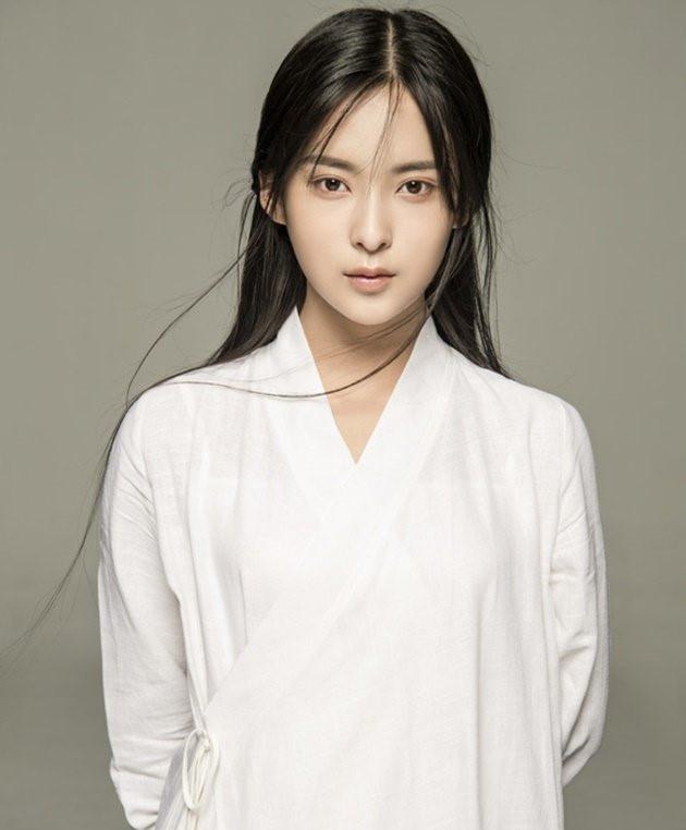 Cô đang là bạn gái của cầu thủ Lü Peng, đang chơi cho CLB Bắc Kinh Quốc An. Do vậy, Hiểu Duy được xếp vào hàng ngũ những nàng WAGs nóng bỏng nhất của đất nước này.