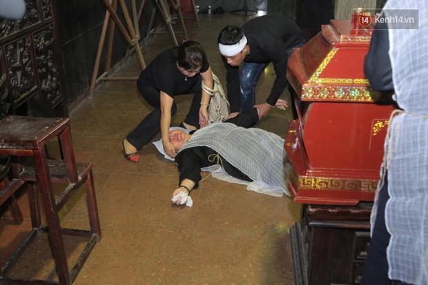 Mẹ Tuấn Hưng khóc ngất trong tang lễ bố - Ảnh 3.