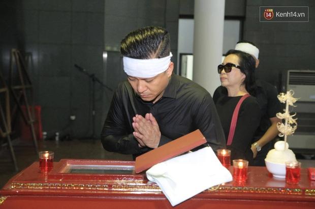 Mẹ Tuấn Hưng khóc ngất trong tang lễ bố - Ảnh 7.