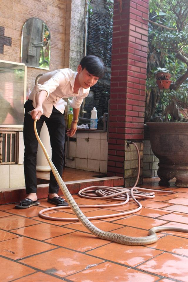 Nhiều người trẻ của làng Lệ Mật cũng tiếp nối nghề truyến thống. Tại các nhà hàng, thực khách có thể được trực tiếp chiêm ngưỡng mọi công đoạn, từ bắt đến chế biến thịt rắn.