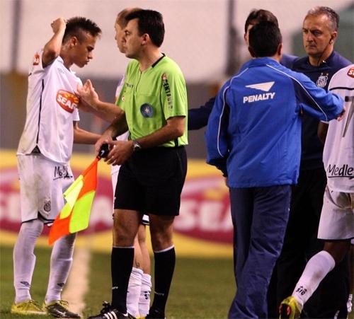 neymar-tung-si-nhuc-va-khien-hlv-bi-sa-thai-do-khong-duoc-da-penalty