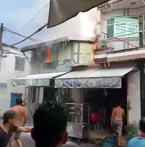 Sau tiếng sấm sét nổ như bom, căn nhà bốc cháy dữ dội trong mưa - 2