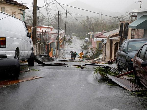 Toàn đảo Puerto Rico chìm trong bóng tối vì siêu bão Maria