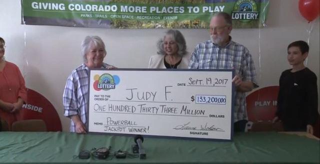 Bà Judy Finchum lĩnh giải độc đắc (Ảnh: KOAA)