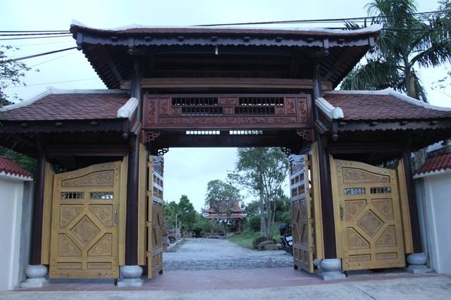Cổng chính dẫn vào ngôi nhà gỗ