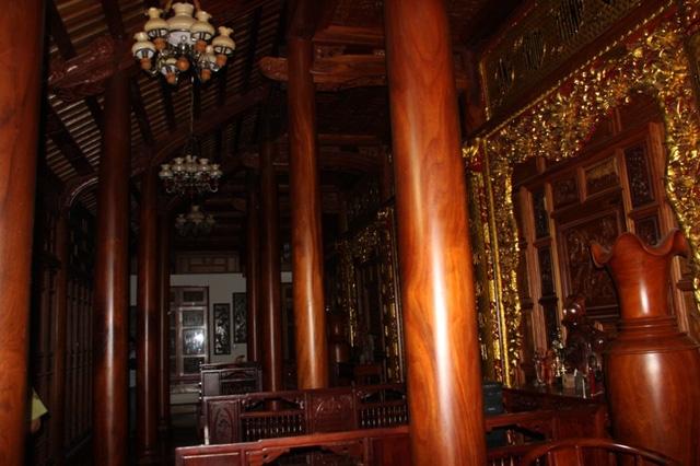 Khu nhà gỗ rất hoành tráng, bề thế, nhưng theo ông Trung giá trị chỉ hơn... 2 tỷ đồng.