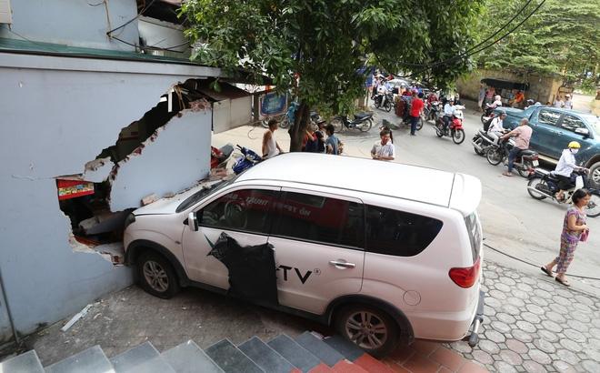 Đạp nhầm chân ga tông sập 1 phần kiot trà đá, lái xe bị đòi bồi thường 200 triệu