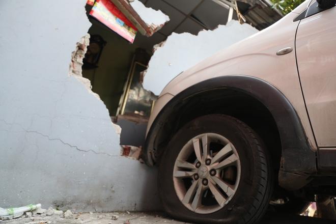 Đạp nhầm chân ga tông sập 1 phần kiot trà đá, lái xe bị đòi bồi thường 200 triệu - Ảnh 1.