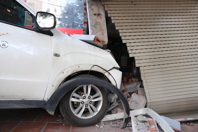 Đạp nhầm chân ga tông sập 1 phần kiot trà đá, lái xe bị đòi bồi thường 200 triệu - Ảnh 2.
