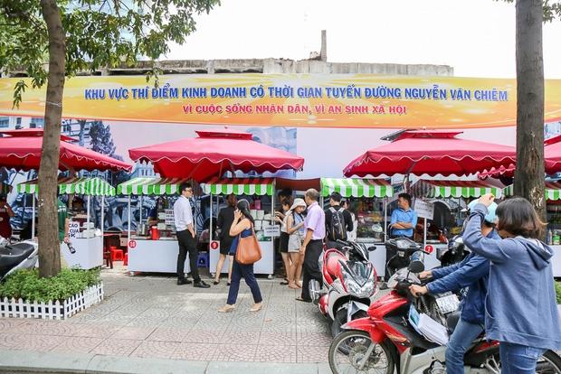 Gần 1 tháng khai trương, phố hàng rong trên vỉa hè trung tâm Sài Gòn luôn nhộn nhịp khách - Ảnh 1.