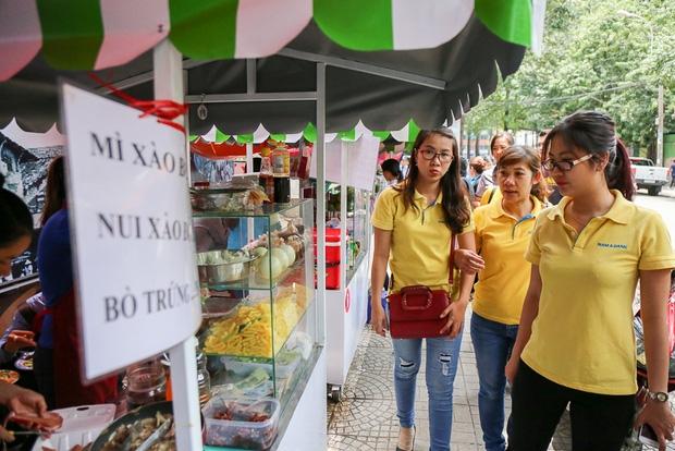 Gần 1 tháng khai trương, phố hàng rong trên vỉa hè trung tâm Sài Gòn luôn nhộn nhịp khách - Ảnh 2.