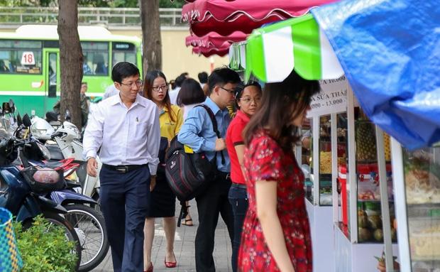Gần 1 tháng khai trương, phố hàng rong trên vỉa hè trung tâm Sài Gòn luôn nhộn nhịp khách - Ảnh 3.