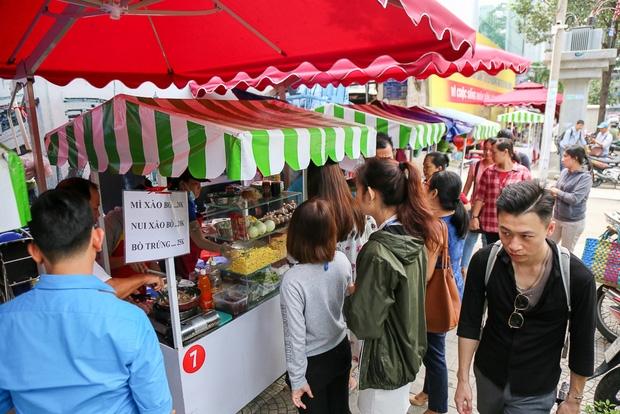Gần 1 tháng khai trương, phố hàng rong trên vỉa hè trung tâm Sài Gòn luôn nhộn nhịp khách - Ảnh 4.