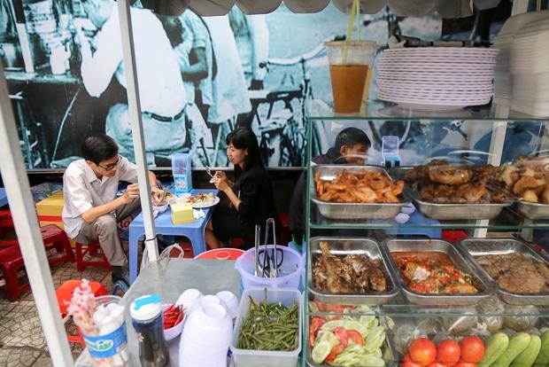 Gần 1 tháng khai trương, phố hàng rong trên vỉa hè trung tâm Sài Gòn luôn nhộn nhịp khách - Ảnh 6.