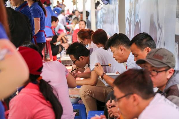 Gần 1 tháng khai trương, phố hàng rong trên vỉa hè trung tâm Sài Gòn luôn nhộn nhịp khách - Ảnh 8.