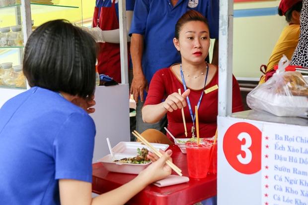 Gần 1 tháng khai trương, phố hàng rong trên vỉa hè trung tâm Sài Gòn luôn nhộn nhịp khách - Ảnh 9.