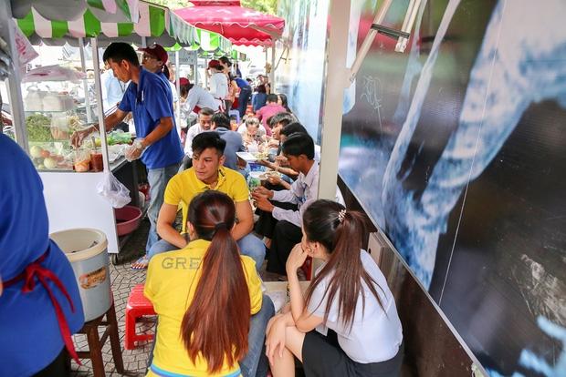 Gần 1 tháng khai trương, phố hàng rong trên vỉa hè trung tâm Sài Gòn luôn nhộn nhịp khách - Ảnh 10.
