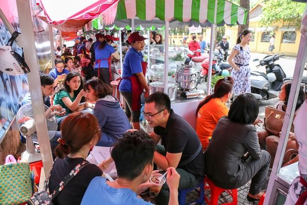 Gần 1 tháng khai trương, phố hàng rong trên vỉa hè trung tâm Sài Gòn luôn nhộn nhịp khách - Ảnh 11.