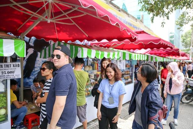 Gần 1 tháng khai trương, phố hàng rong trên vỉa hè trung tâm Sài Gòn luôn nhộn nhịp khách - Ảnh 12.
