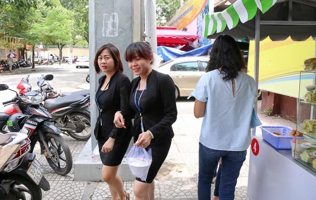 Gần 1 tháng khai trương, phố hàng rong trên vỉa hè trung tâm Sài Gòn luôn nhộn nhịp khách - Ảnh 14.