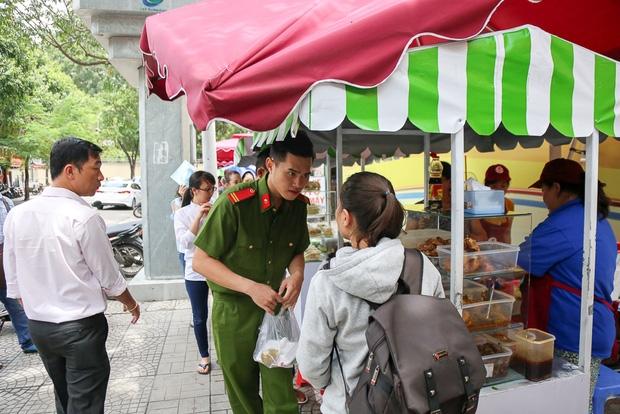 Gần 1 tháng khai trương, phố hàng rong trên vỉa hè trung tâm Sài Gòn luôn nhộn nhịp khách - Ảnh 15.