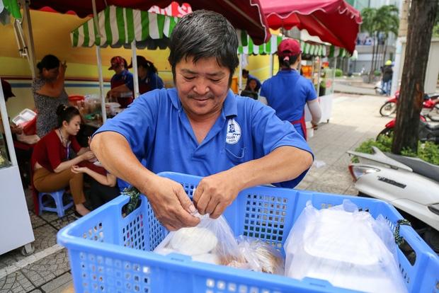 Gần 1 tháng khai trương, phố hàng rong trên vỉa hè trung tâm Sài Gòn luôn nhộn nhịp khách - Ảnh 16.