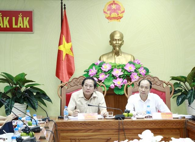 Bộ trưởng Bộ TT&TT Trương Minh Tuấn (bên trái) lắng nghe các đơn vị truyền thông phát biểu