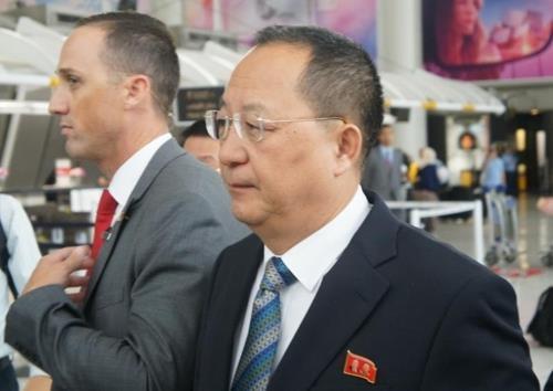Ngoại trưởng Triều Tiên Ri Yong-ho tới sân bay ở New York ngày 20/9 (Ảnh: Yonhap)