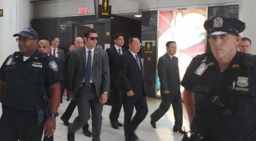 Các nhân viên an ninh hộ tống Ngoại trưởng Triều Tiên tại sân bay ở New York (Ảnh: Yonhap)