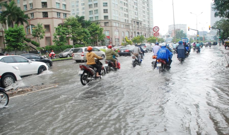 'Siêu' máy bơm nổ máy 15 phút, đường Nguyễn Hữu Cảnh hết ngập ngay lập tức - ảnh 2