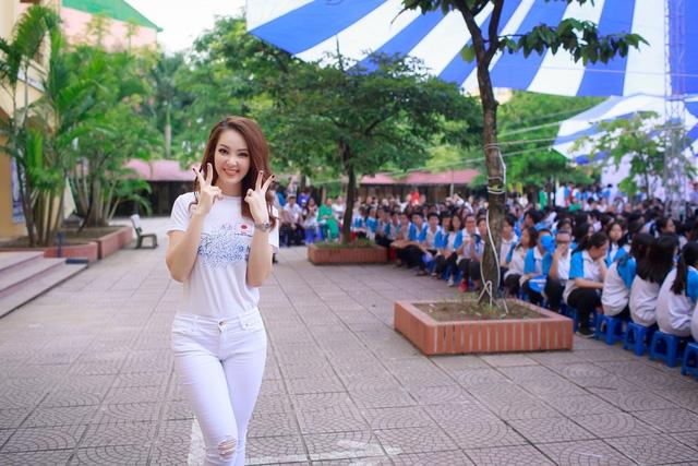Á hậu cũng cho biết, cô đã có 11 năm làm việc và cống hiến tại Đài truyền hình Việt Nam. Không chỉ cô mà rất nhiều thế hệ MC, biên tập viên kỳ cựu của VTV đều không quá quan trọng giải thưởng hay danh hiệu nào, bởi cô biết khán giả vẫn ủng hộ và đón xem những chương trình của cô và mọi người.