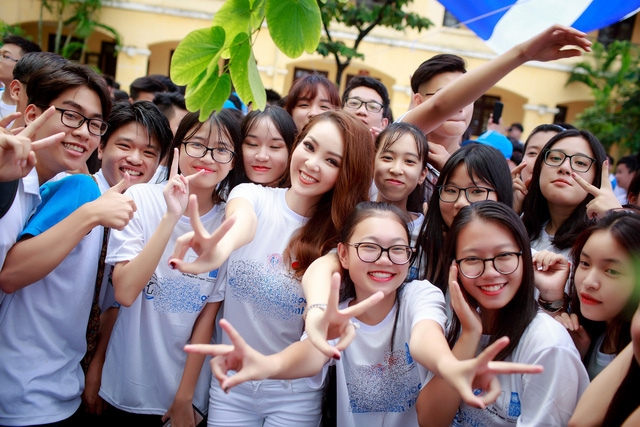 Á hậu Việt Nam 2008 giản dị xuất hiện với áo thun, quần jeans trắng, gương mặt được trang điểm nhẹ nhàng. Sự có mặt của Thụy Vân được các em học sinh chào đón rất nồng nhiệt bởi từ lâu cô đã là tấm gương mà giới trẻ ngưỡng mộ về nhan sắc và học thức.