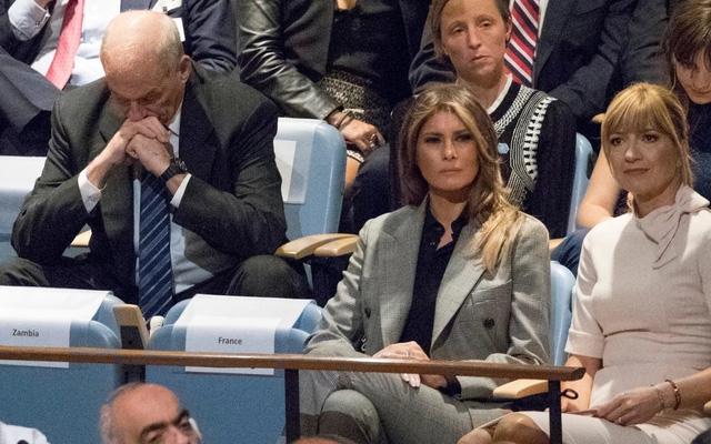 Ông Kelly (trái) cúi mặt xuống đất khi nghe Tổng thống Trump phát biểu (Ảnh: Telegraph)
