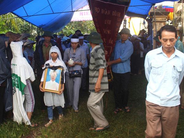 Hàng trăm người đội mưa đưa tiễn 2 mẹ con chết đuối dưới ao về cõi vĩnh hằng