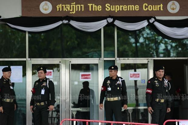 Cảnh sát Thái Lan bên ngoài tòa án tối cao hôm 25/8. (Ảnh: Bangkok Post)