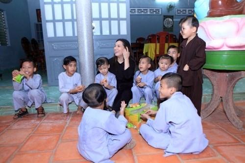 Ca sĩ Phi Nhung: Không thể lấy chồng vì quá đông con - Ảnh 2.