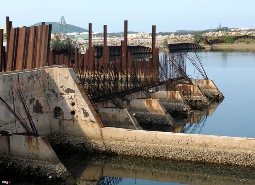 Những chiếc tàu Hoa Sen, những ụ nổi, những con tàu hoành tráng từng mang tham vọng quả đấm thép trở thành những đống phế liệu làm ô nhiễm môi trường. Ảnh: Zing